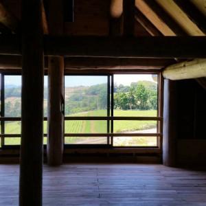 農家さんが5年の年月をかけて、独学で建てたログハウス。まだ未完成ですが、2階建てとなっており、上から眺める景色はとても美しかったです。